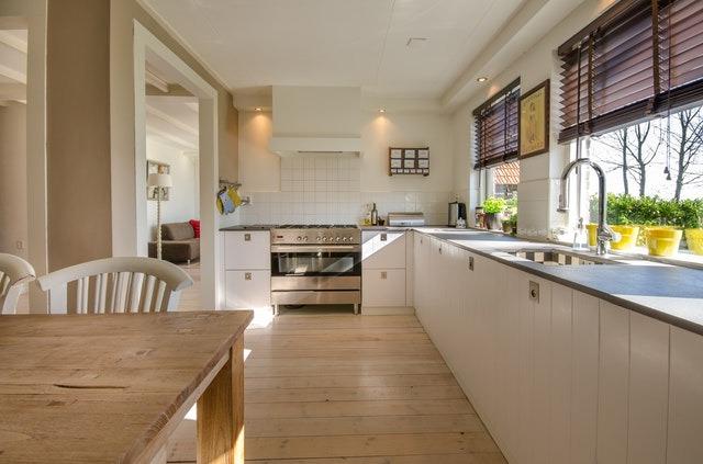 Ανασχεδιασμός και ανανέωση κουζίνας σε μακρόστενο χώρο στη Θεσσαλονίκη