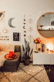 Κρεβατοκάμαρα με φαρδιά συρταριέρα και καθρέφτη
